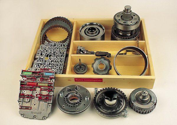 Modellbrett Bauteile des Automatikgetriebes